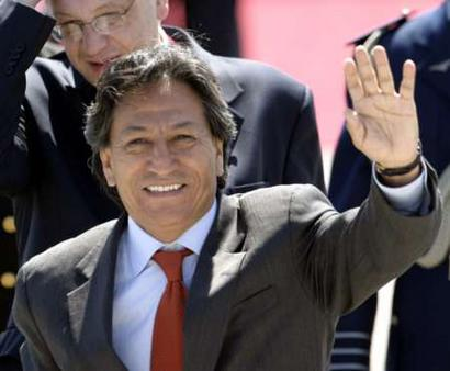 Peruvian President Alejandro Toledo arrives in Santiago for annual Asia-Pacific Economic Cooperation. President Bush is also attending the summit.