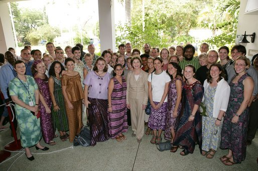 Mrs. Laura Bush poses with Peace Corps volunteers  in Ghana