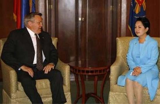 Director Ronald A. Tschetter speaks with Philippine President Gloria Macapagal Arroyo at the presidential palace in Manila