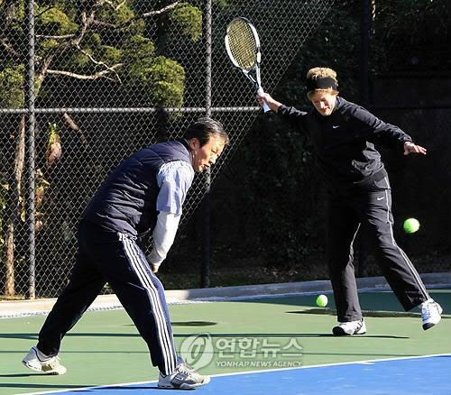 U.S. envoy Kathleen Stephens reaches out to Koreans through sports